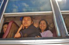 Birma - kobiety w autobusie.