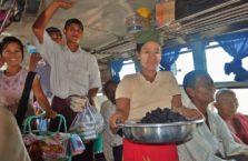 Birma - sprzedawcy owoców.