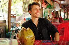 Kambodża - przerwa na kokosa w Angkor Wat.
