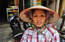 Wietnam - kobieta w tradycyjnej czapce.