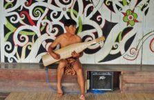 Malezja - mężczyzna w tradycyjnej wiosce na Borneo.