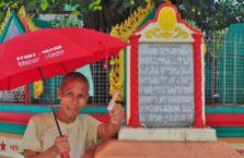 Birma - mężczyzna z parasolem.