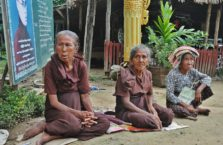 Birma - stare kobiety przed świątynią.