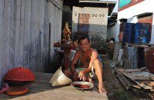 Laos - mężczyzna nad jeziorem.
