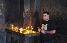 Armenia - mężczyzna w kościele.