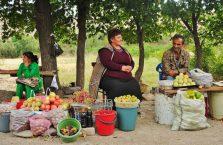 Armenia - ludzie sprzedający owoce przy ulicy.