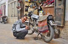 Iran - mężczyzna ze starym motorem.