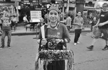 Tajlandia - kobieta oferująca pamiątki.