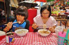 Tajlandia - Tajki przy obiedzie w chińskiej dzielnicy.