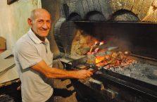 Armenia - mężczyzna grilujący szaszłyki.