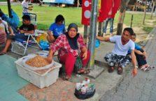Malezja - ludzie na bazarze.