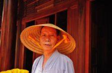 Wietnam - mężczyzna w tradycyjnej czapce.