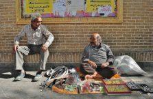 Iran - pijani mężczyźni na ulicy.