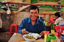 Kambodża - mężczyzna w knajpie.