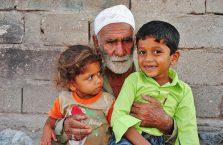 Iran - dziadek z dziećmi.