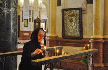Gruzja - starsza kobieta w kościele.
