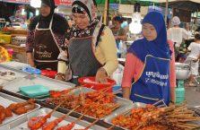 Tajlandia - kobiety na bazarze w Krabi.