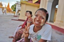 Birma - dziewczyna w świątyni.