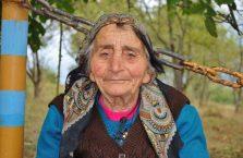 Armenia - babcia przed kościołem.