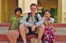Birma - z dziewczynkami w świątyni.