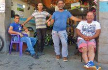 Liban - mężczyźni w garażu.