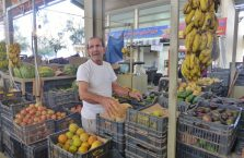 Liban - mężczyzna na bazarze.
