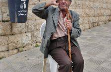 Liban - mężczyzna z laską.