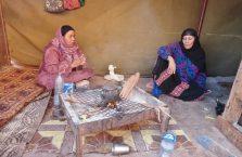 Jordania - kobiety w skalnej kawiarni.