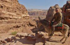 Jordania (Petra) - na ośle w górach.