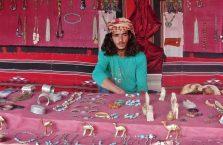 Jordania - Arab sprzedający pamiątki na pustyni.