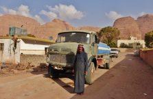 Jordania - Arab przed swoją ciężarówką na pustyni.