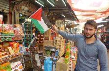 Palestyna - mężczyzna z flagą Palestyny.