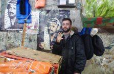 Palestyna - dumny Palestyńczyk z plakatem Jassera Arafata.