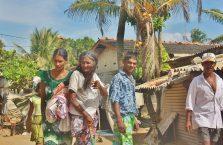 Sri Lanka - biedni ludzie na plaży.