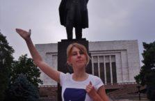 Kirgistan - podróżniczka z Polski na tle skurwysyna Lenina.