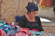 Uzbekistan - zamyślona kobieta.