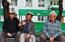 Kirgistan - mężczyźni po piwie.