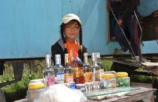 Kirgistan - dziewczynka na trasie.