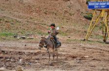 Kirgistan - chłopiec na osiołku.
