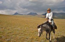 Kirgistan - kobieta na koniu.