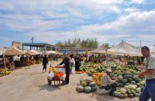 Uzbekistan - ludzie na bazarze w dalelikim Karakalpakstanie.