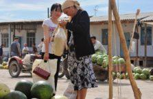 Uzbekistan - babcia i wnuczka na bazarze w Karakalpakstanie.