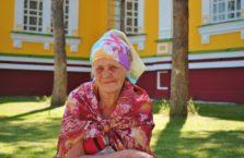 Kazachstan - babcia przed kościołem w Almaty.