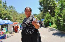 Kazachstan - kobieta z kanarkiem.