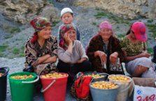 Kirgistan - kobiety sprzedające owoce na Trasie Pamirskiej.