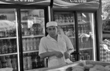 Kazachstan - sprzedawca kebabów z Uzbekistanu.