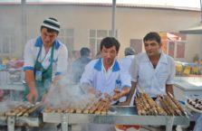 Uzbekistan - sprzedawcy szaszłyków w stolicy Taszkient.