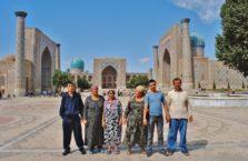 Uzbekistan - ludzie na tle Registanu; Samarkanda.