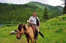 Kazachstan - na koniu nad jeziorami.