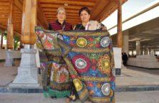 Uzbekistan -sprzedawczynie obrusów; Samarkanda.